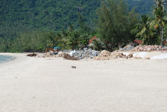 Khanom Hill Resort: Waste at the beach