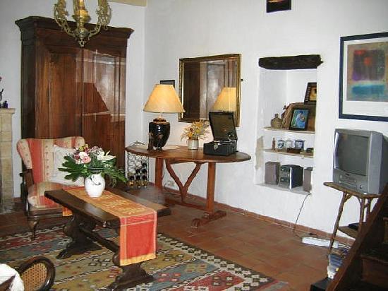 Maison Arc-en-ciel: Guests sittng room