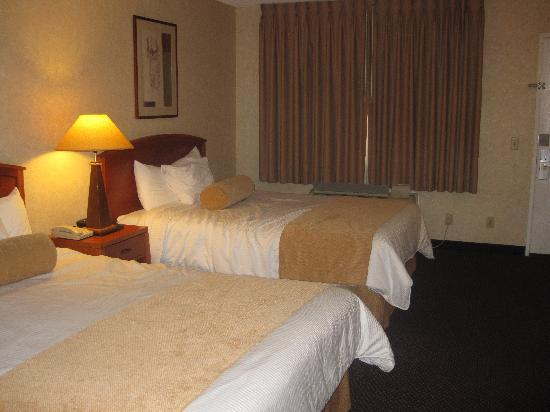 BEST WESTERN Camarillo Inn : Spacious non smoking room with 2 queen beds