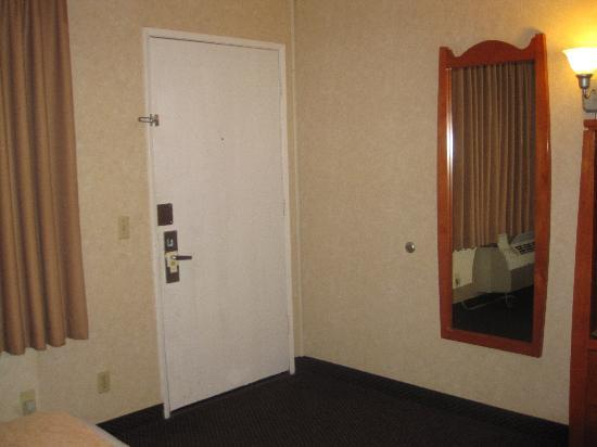 BEST WESTERN Camarillo Inn : Entry way to the room