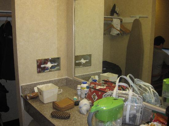 BEST WESTERN Camarillo Inn: Dressing area right outside the bathroom