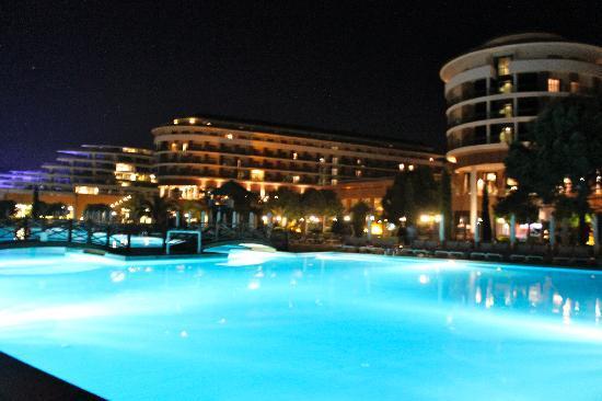 Voyage Belek Golf & Spa: pool at night
