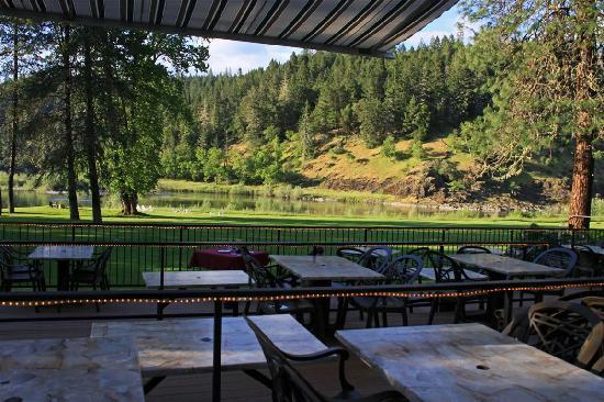 Morrison's Rogue River Lodge: Outdoor dining