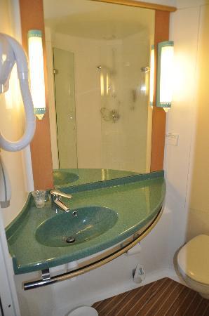 Mini salle de bains + WC + douche - Bild von Ibis Caen Porte ...
