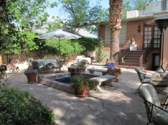 Peppertrees Bed & Breakfast Inn: Lush Patio Garden