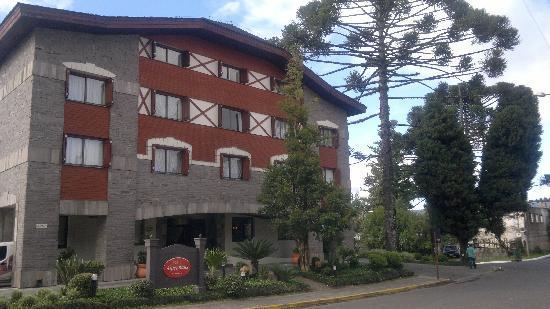 Prodigy Hotel Alpenhaus Gramado: Vista da rua