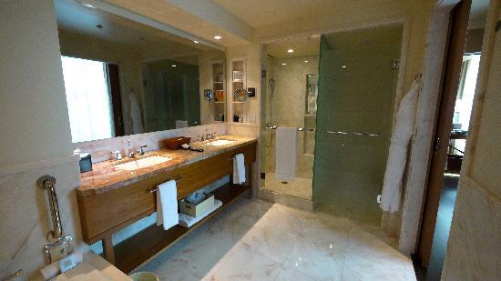 The Ritz-Carlton, Toronto: Bath has a mirror-TV