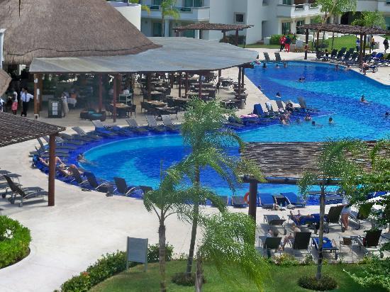 BlueBay Grand Esmeralda: Smaller, quiter pool