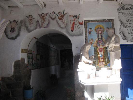 Hilario Mendivil Museum (Museo de Hilario Mendivil): Esculturas y pinturas de decoración del patio