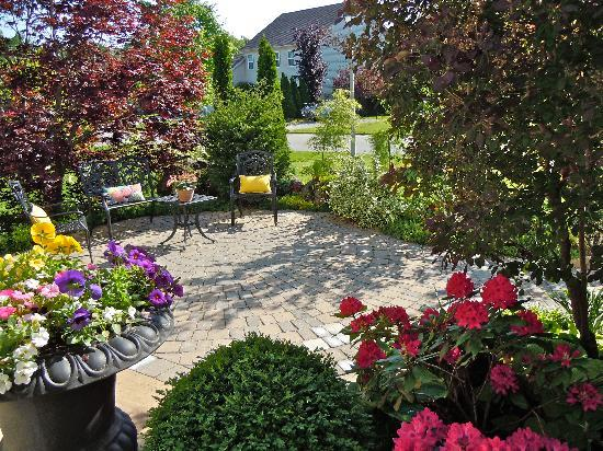 Lakelands Bed and Breakfast: The Landscaped Patio is Lovely