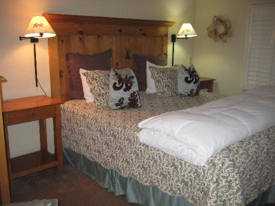 Carmel Country Inn: cute, clean bedroom