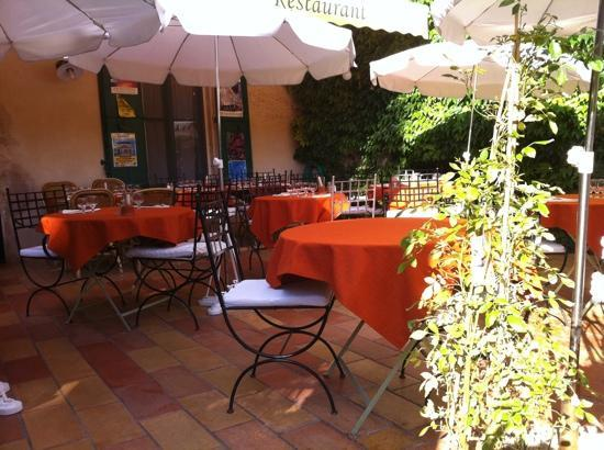 Lourmarin, Frankrike: the terrace, soon to be packed with diners