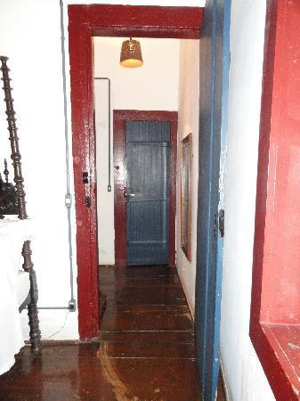 Pouso do Chico Rei: small hallway leading to ensuite