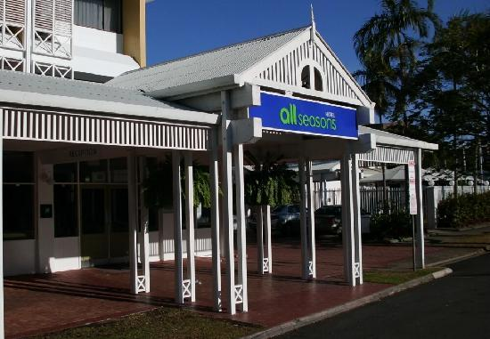 Ibis Styles Cairns: Florence Street entrance.