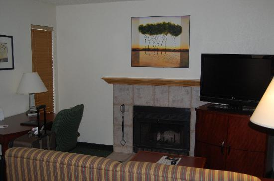 Residence Inn Phoenix: Living room with business area, Large Flat screen TV and a couch