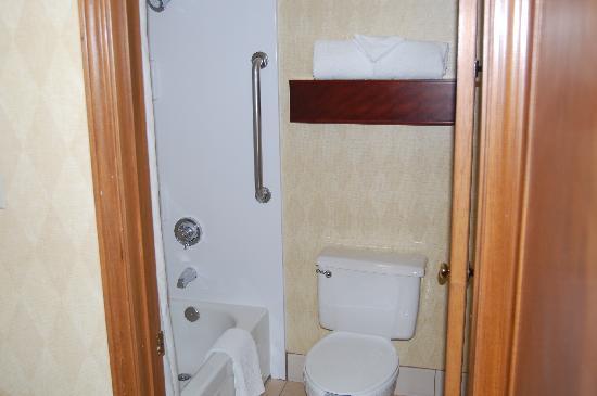 Residence Inn Phoenix: Bathroom with Tub/Shower combo