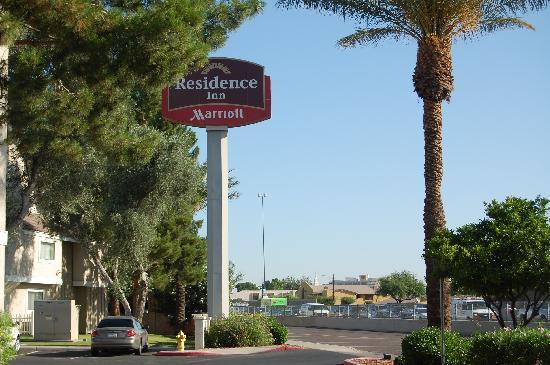 Residence Inn Phoenix: Entry area for hotel off the one way street