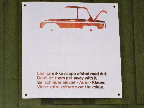 Danhostel CopenHagen Amager: Warnschild auf dem Parkplatz