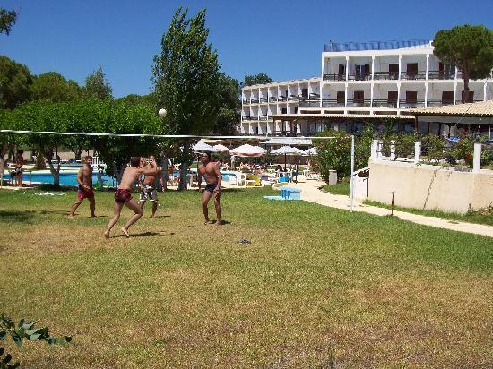 Irinna Hotel: Tennis court!