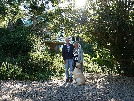 Kingfisher Country House: Sue and her husband in front of the guesthouse