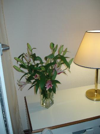 Le Petit Palais: Flowers in our room