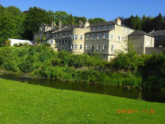 Whitewell, UK: View of the back of the Inn from river