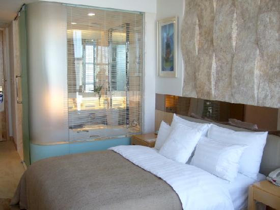 Guangming Hotel: 清潔で開放的な客室です