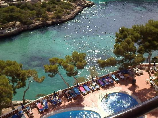 Hotel Cala Ferrera : Room view over bay + pool