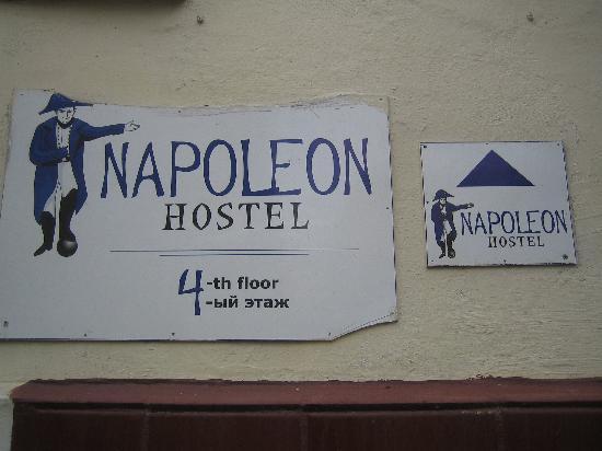 Napoleon Hostel: Das Schild draußen am Gebäude