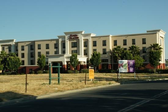 Hampton Inn & Suites Tulare : Außenansicht