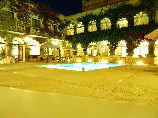 Cornucopia Hotel: small pool at night