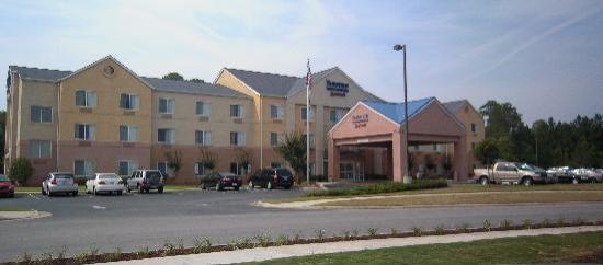 Fairfield Inn & Suites Jacksonville : Front view of hotel. Back rooms look at woods. Front view looks at shopping centers.