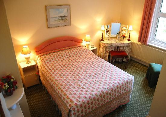 Farthings B & B: Guinea guest room