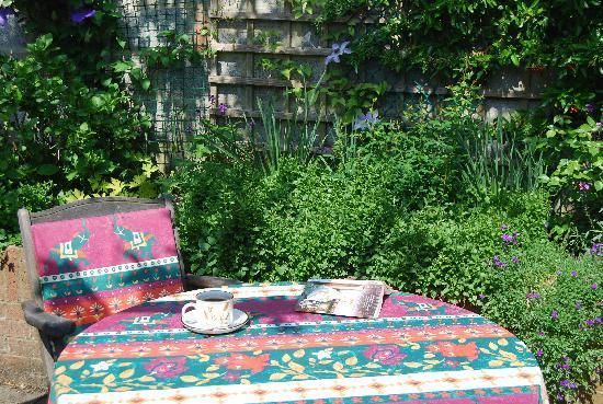 Farthings B & B: Relaxing in the garden