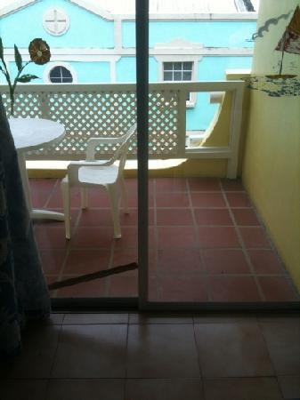 ميريديان إن: varanda (vista do quarto) e notem o pedaço de madeira que segura a porta, porque esta com a fech