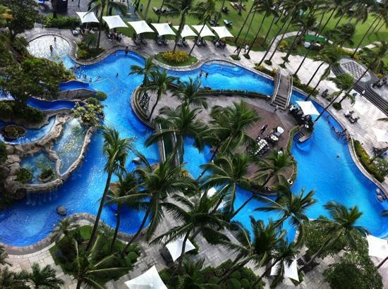 Sofitel Philippine Plaza Manila : the lagoon pool