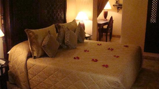 Riad Kniza: Rose petals on our bed