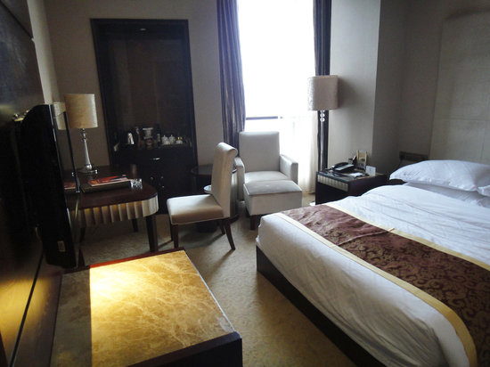 Xiangjiangwan Hotel: The room (photo was brightened - too dark)