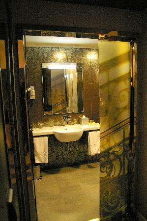 Hotel Palazzo Zichy: Entrada al cuarto de baño