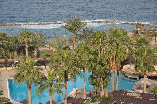 Chlorakas, Cypern: Vue sur la piscine et la mer