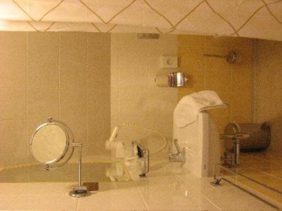 Ambassador City Centre Hotel : in the bathroom