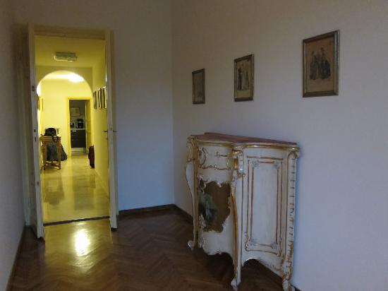 Tourist House Vittorio Ricci: Hallway to Kitchen.