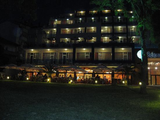 Hotel Selena: Hotel at night