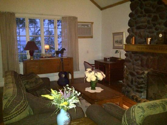 Lake Miltona : Cozy family room at Tip Top Cove, Cottage 1