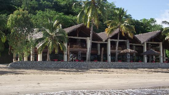 Anjiamarango Beach Resort : L'hôtel vu de la pirogue