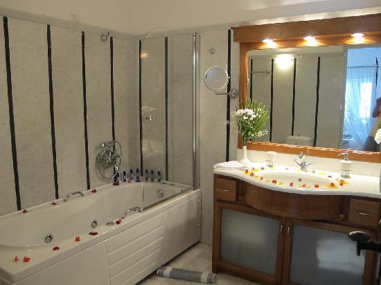 Anastasis Apartments: Bathroom