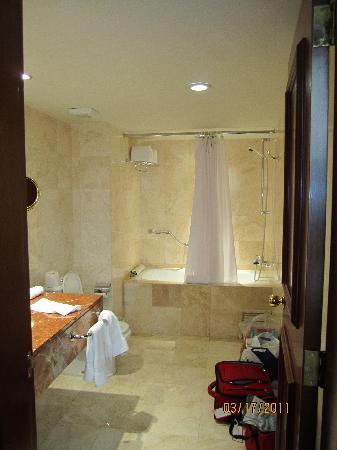 Melia Lima: Huge bathroom