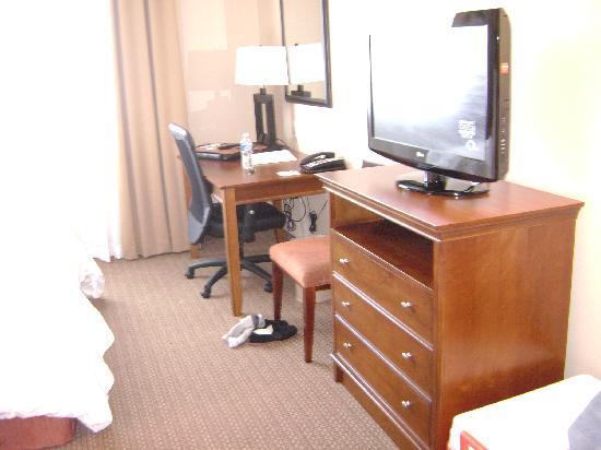 Hampton Inn & Suites Folsom: Room 432 Desk and TV