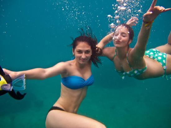 Bophut, Tailandia: Girls underwater snorkeling at Hin Wong Bay, Koh Tao