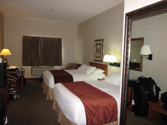 Best Western University Inn & Suites: pardon our luggage, room was comfy & clean